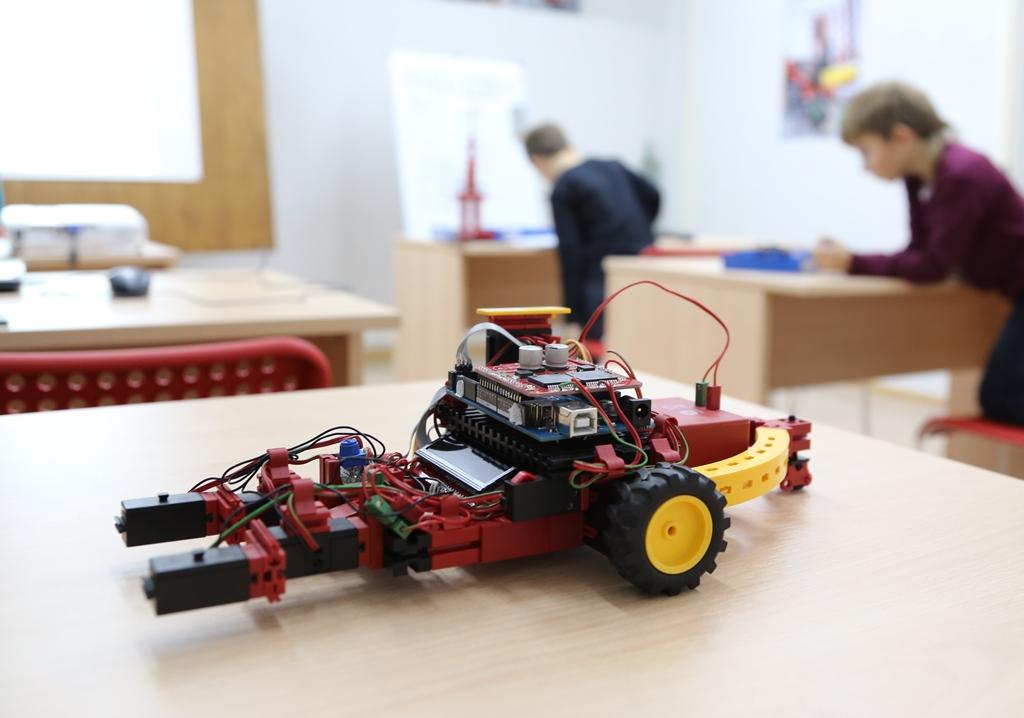 На занятиях РОБОКУРС мобильный робот