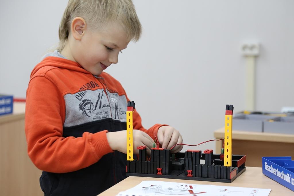 Юный техник готовится к конкурсу «Инженерный Старт» в тврческом центре Робокурс